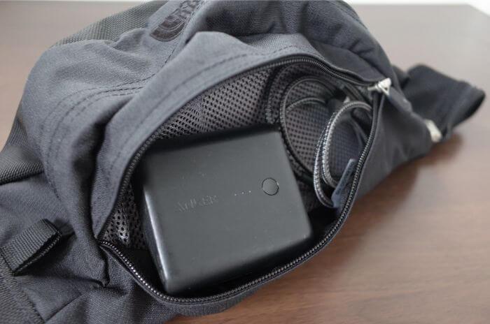 スイープの上部のポケットにモバイルバッテリーとケーブルを収納