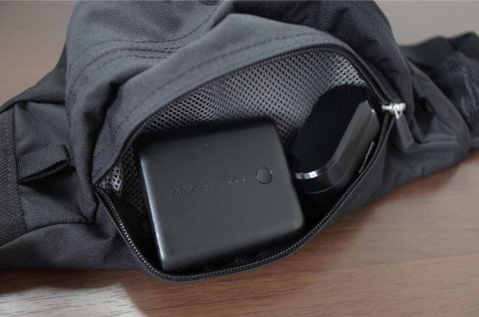 スイープの上部のポケットにモバイルバッテリーとイヤホンを収納