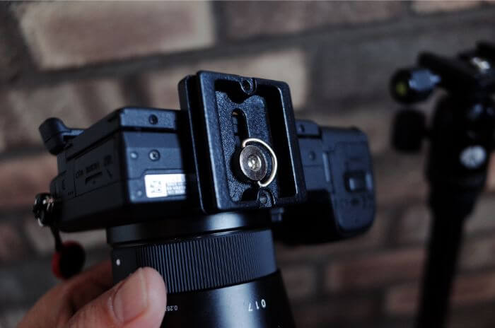 カメラにアルカスイス互換性のプレートを装着