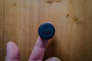 Tile Stickerを指に乗せている