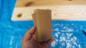 端材に紙やすり