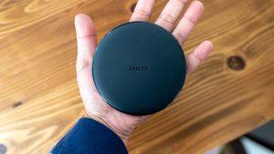 Anker PowerWave 10 Padは手のひらサイズ