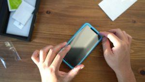 iPhoneにフィルムを張り付ける